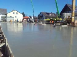 Nach dem die Dämmung und der Kanal unter der Bodenplatte eingebaut wurde , wurde die Bodenplatte bewehrt und betoniert. (IMG-20180406-WA0001.jpg)