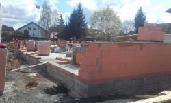 Das Außenmauerwerk mit Coriso W 08, einem gefülltem Wärmestein auf gemauert. (IMG-20180411-WA0001.jpg)