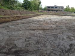 Der Mutterboden ist ca. 20 cm abgeschoben, ab hier beginnt die Fundamentgründung. (bogensporthalle-IMG_2183.jpg)