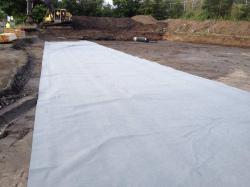 Die Baugrube wurde ausgehoben. Für eine Verbesserung der Bodengründung wird ein Flies eingebaut und der Schotter wird darauf aufgeschüttet. (bogensporthalle-IMG_2185.jpg)