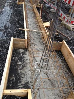 Die Fundamentgründung hat begonnen, die Bewehrung wurde eingebaut und das Fundament wurde Vorbetoniert ,die Anschluss Bewehrung für die Stahlbetonst (bogensporthalle-IMG_2248.jpg)