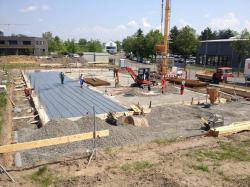 Bodenplatte wird abgestellt und für die Bewehrung vorbereitet. (bogensporthalle-IMG_2297.jpg)