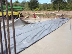 Nach dem Betonieren wird die Bodenplatte mit Folie abgedeckt, um ein Reißen des Betons zu verhindern (bogensporthalle-IMG_2304.jpg)