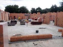 Das Mauerwerk ist angelegt und aufgemauert (bogensporthalle-IMG_2347.jpg)