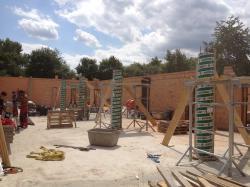 Die Schalung für die Stahlbeton Stützen ist gestellt und mit Beton gefüllt.Die Schalung ist aus Pappe und wird nachher abgerissen.Die Stütze wird  (bogensporthalle-IMG_2354.jpg)