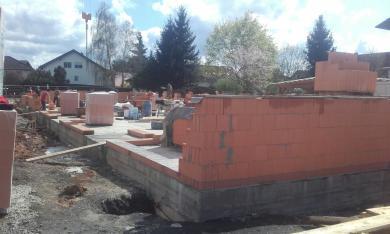 Das Außenmauerwerk mit Coriso W 08, einem gefülltem Wärmestein auf gemauert.